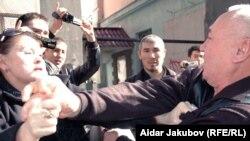 Гүлбаһрам Жүніс журналист Шәріп Құрақбайды жағадан алды. Алматы, 27 қазан 2010 жыл.