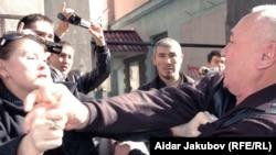 "На сцене конфликта: председатель движения ""Желтоксан-86"" Гульбахрам Жунис и независимый журналист Шарип Куракбаев. Алматы, 27 октября 2010 года."