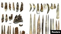 """В ляво са личните украшения на Хомо сапиенс, намерени в пещерата """"Бачо Киро"""" в България, а в дясно са изложени накити на неандерталци, намерени в пещерата """"Грот дю Рен"""" във Франция"""
