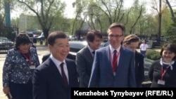 Бизнесмен Булат Утемуратов (слева на переднем плане), бывший управляющий делами президента Казахстана.