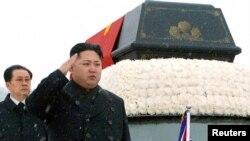 Ким Чен Ын у гроба своего отца, лидера Северной кореи Ким Чен Ира во время похоронной процессии в Пхеньяне, 28 декабря 2011