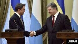 Президент України Петро Порошенко (праворуч) та прем'єр-міністр Люксембургу Ксав'є Бетель під час прес-конференції в будівлі Адміністрації президента у Києві. 22 жовтня 2015 року