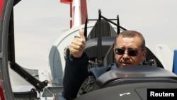 თურქეთის პრემიერ-მინისტრი რეჯეპ ტაიპ ერდოანი თურქულ სამხედრო თვითმფრინავში.