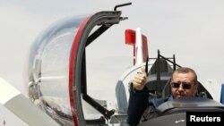 Прем'єр-міністр Туреччини Реджеп Ердоган у кокпіті навчального літака, Анкара, 27 червня 2012 року