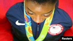 Симона Байлз на церемонии награждения на Олимпиаде в Рио-де-Жанейро
