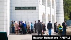 Алматының орталық мешітіне келген адамдар. (Көрнекі сурет)