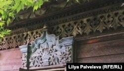 Деревянная резьба на доме, который может быть признан памятником архитектуры