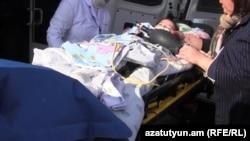 Серёжу Аветисяна на носилках увозят на скорой. 17 января 2015 года.