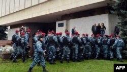 Бійці «Беркуту» біля демонстрантів під ЦВК, 5 листопада 2012 року