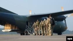 Военные Германии расположились на авиабазе в Термезе 15 февраля 2002 года. Иллюстративное фото.
