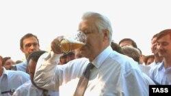 К своему юбилею первый российский президент подошел как обычно - с крепким рукопожатием