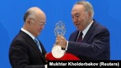 Юкія Амано (л) отримує від Нурсултана Назарбаєва (п) символічний ключ від банку низькозбагаченого урану, Астана, 29 серпня 2017 року