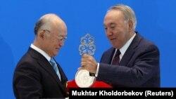 Қазақстан президенті Нұрсұлтан Назарбаев Атом энергиясы бойынша халықаралық агенттіктің (МАГАТЭ) директоры Амано Юкияға уран банкінің символдық кілтін ұсынды. Астана, 29 тамыз 2017 жыл