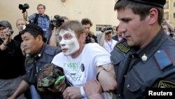 Поліція затримує учасника пікету на підтримку Pussy Riot біля суду в Москві 20 червня 2012 року