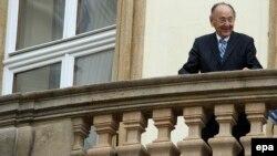 Hans-Dietrich Genscher la balconul ambasadei germane în Praga, 30 septembrie 2014