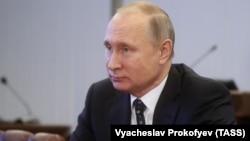 Ресей президенті Владимир Путин Орталық сайлау комиссиясында отыр. Мәскеу, 27 желтоқсан 2017 жыл.