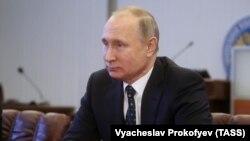 Президент России Владимир Путин в Центральной избирательной комиссии. Москва, 27 декабря 2017 года.