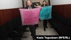 Газетті жабу туралы сот шешіміне наразы журналистер. Алматы қалалық соты, 28 ақпан 2013 жыл.