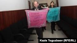 Журналистердің сот ғимаратындағы наразылық шарасы. Алматы, 28 ақпан 2013 жыл.