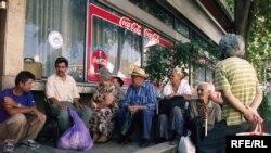 Босния-Герцеговина. Жарды адамдар кедей-кембагалдар үчүн ачылган коомдук ашкананын ачылышын күтүүдө. 20-август 2009-ж.