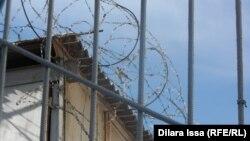 Колючая проволока и ограждение. Территория женской тюрьмы.