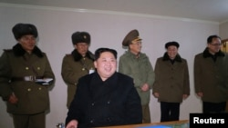 Ким Чен Ын континенттер аралык баллистикалык ракета сыналган учурда. Сүрөттү Түндүк Кореянын мамлекеттик маалымат агенттиги 30-ноябрда таратты.