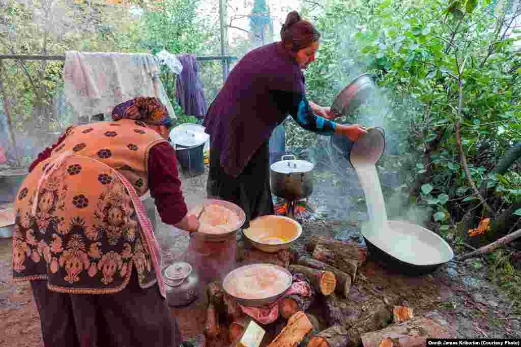 Подготовка к азербайджанской свадьбе. Соседи помогают в подготовке свадьбы, невзирая на национальность.