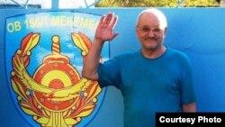 Журналист әрі құқық қорғаушы Александр Харламов тергеу изоляторы алдында тұр. Өскемен, 4 қыркүйек 2013 жыл.
