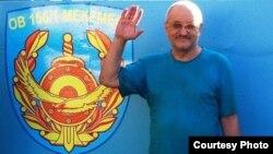 Журналист и правозащитник из Риддера Александр Харламов фотографируется у ворот СИЗО после своего освобождения. 4 сентября 2013 года.