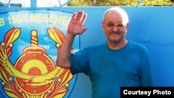 Журналист и правозащитник Александр Харламов фотографируется у ворот СИЗО после своего освобождения. Усть-Каменогорск, 4 сентября 2013 года. Фото из архива Харламова.
