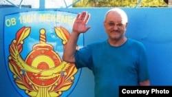 Қамаудан босап шыққан журналист әрі құқық қорғаушы Александр Харламов тергеу изоляторы алдында тұр. Өскемен, 4 қыркүйек 2013 жыл.