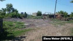 На этом участке на станции Нура был снесен дом, но работы по строительству нового дома так и не начались. Карагандинская область, 15 июля 2015 года.