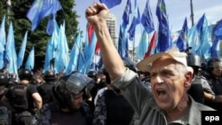 Вечером в понедельник несколько сот активистов Партии регионов и Блока Юлии Тимошенко весьма эмоционально пикетировали Верховную Раду