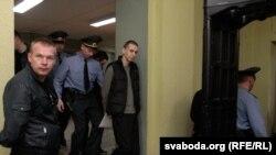 Аляксандар Францкевіч (у цэнтры) у калідоры суду