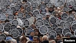 Ստամբուլում բազմաթիվ ցուցարարներ «Ակօս»-ի խմբագրատան դիմաց նշում են Հրանտ Դինքի սպանության հերթական տարելիցը, արխիվ