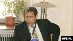 Халықаралық адвокат әрі адам құқығын қорғаушы Роберт Амстердам «Азат Еуропа/Азаттық» Радиосының кеңсесінде. Прага, 5 мамыр 2007 жыл.