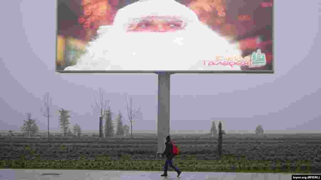 Новогодняя реклама над лавандой, растущей на территории аэропорта