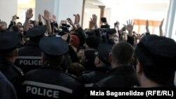 Со свистом и криками студенты ТГУ собрались в фойе первого корпуса, чтобы высказать свое отношение к кандидату на пост канцлера вуза
