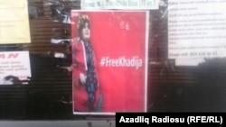 Şəkidə jurnalist Xədicə İsmayıla dəstək aksiyası çərçivəsində yayılan plakatlar.