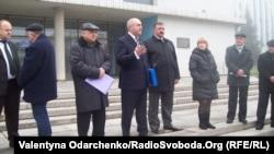 Депутати і керівництво заводу спілкуються з пікетувальниками напередодні сесії Рівненської облради
