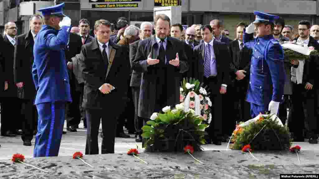 Polaganje cvijeća na Spomen obilježje ubijenoj djeci opkoljenog Sarajeva 1992.-1995., 06. april 2012. Foto: RSE / Midhat Poturović