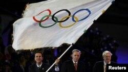 Эдуардо Паэс держит Олимпийский флаг на церемонии закрытия Игр в Лондоне