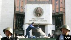 Молдова - Поліція і робочі, які наводять лад у розгромленому протестувальниками президентського будинку, Кишинев, 8 квітня 2009 р.