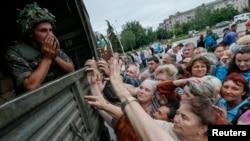 Люди стоять у черзі за гуманітарною допомогою від українських солдат, Слов'янськ, 6 липня 2014 року