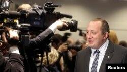 Gürjüstanyň prezidenti Giorgi Margwelaşwili Gündogar hyzmatdaşlygy sammitinde medianyň soraglaryna jogap berýär. 29-njy noýabr, 2013.