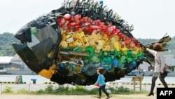 Теңіздегі пластик қоқыстардан жасалған балық мүсіні. (Жапониялық Yodogawa Tecnique арт-тобының туындысы). Жапония, 19 мамыр 2013 жыл.