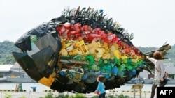 Гигантская рыба, сделанная из отходов, найденных в море у берегов Японии