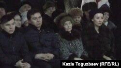 Нурали Алиев (второй слева) на похоронах деда со стороны отца Мухтара Алиева. Алматы, 13 января 2015 года.