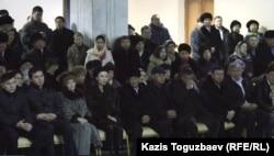 Айсұлтан Назарбаев (сол жақта бірінші), академик Мұхтар Әлиевтің жерлеу рәсімінде отыр. Алматы, 13 қаңтар 2015 жыл.