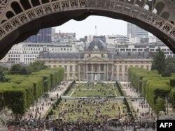 В Париже и других столицах Европы российских туристов становится все меньше